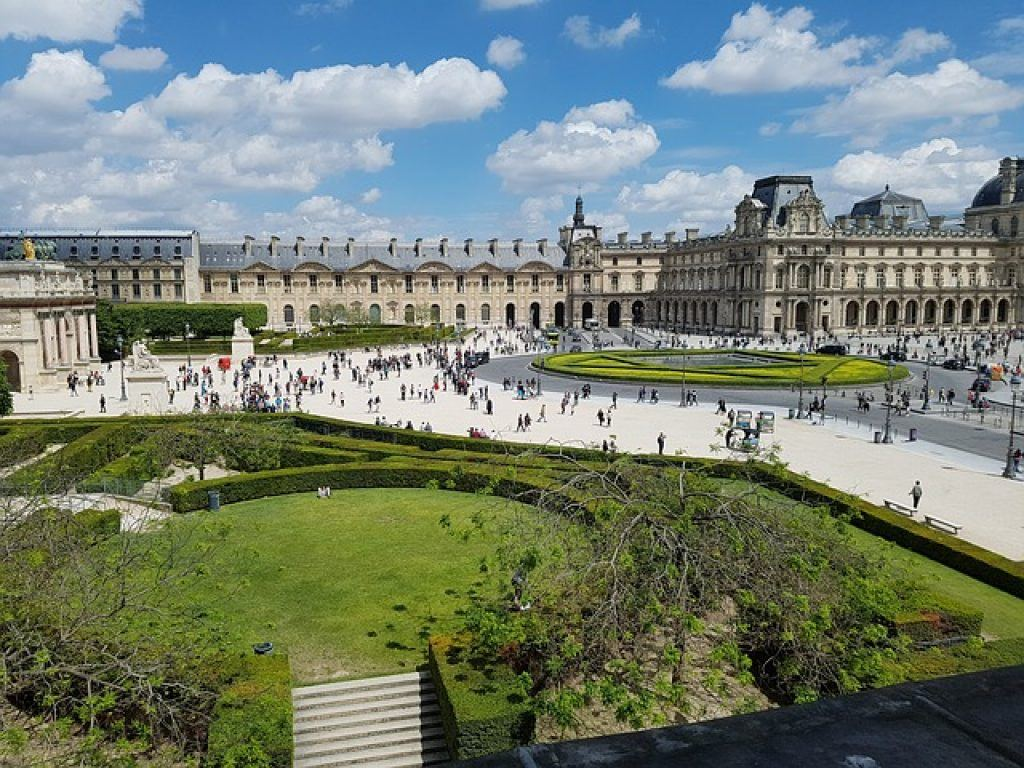 the-louvre-museum-and-lawns