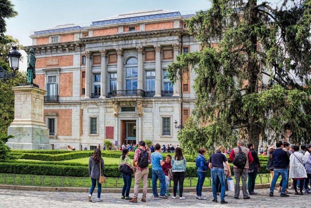 Line outside of the museo del prado