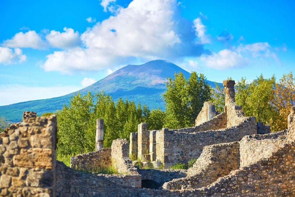 pompeii ruins with mount Vesuvius in background