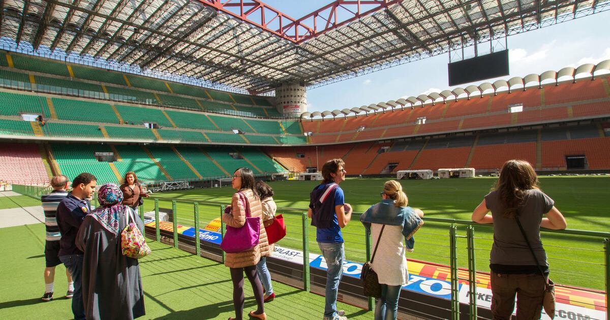 Milan: San Siro Stadium and Casa Milan with Sightseeing Bus