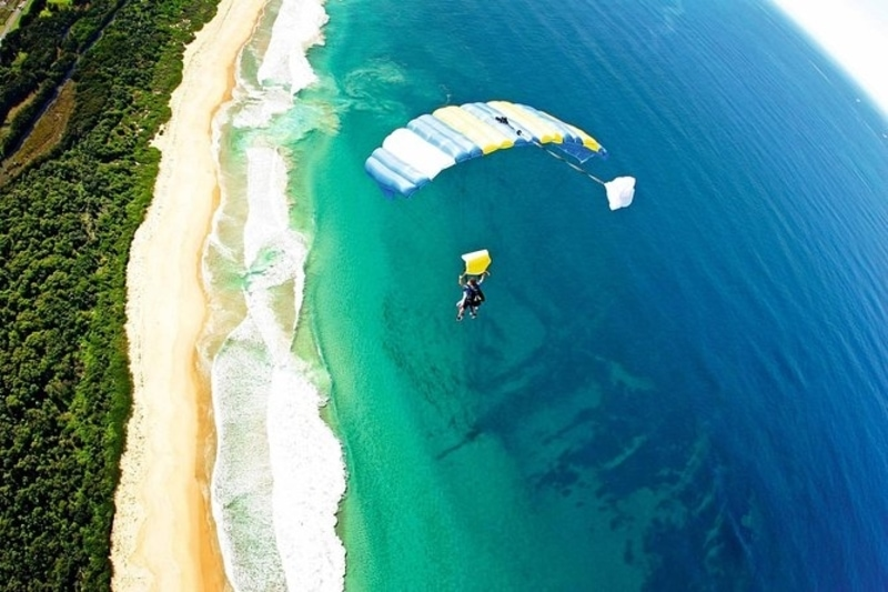 sky dive in wollobong beach sydney