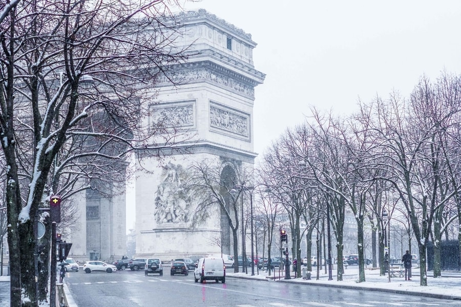 light-snowfall-covering-the-roads-of-paris-france