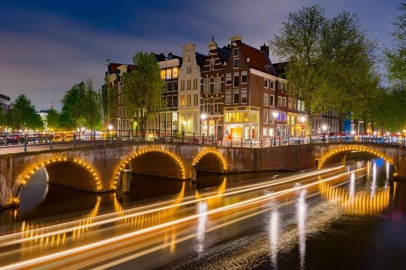 bridge-lights-on-amsterdam-canals-at-night