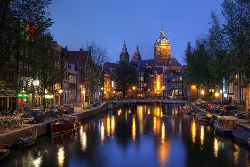 view-of-amsterdam-canals-at-night